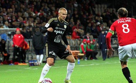 Johannes Laaksonen takes on Jukka Halme of HIFK. @Juha Tamminen